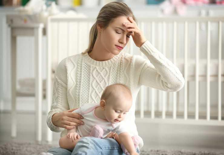 Как бороться с послеродовой депрессией: симптомы, признаки и лечение