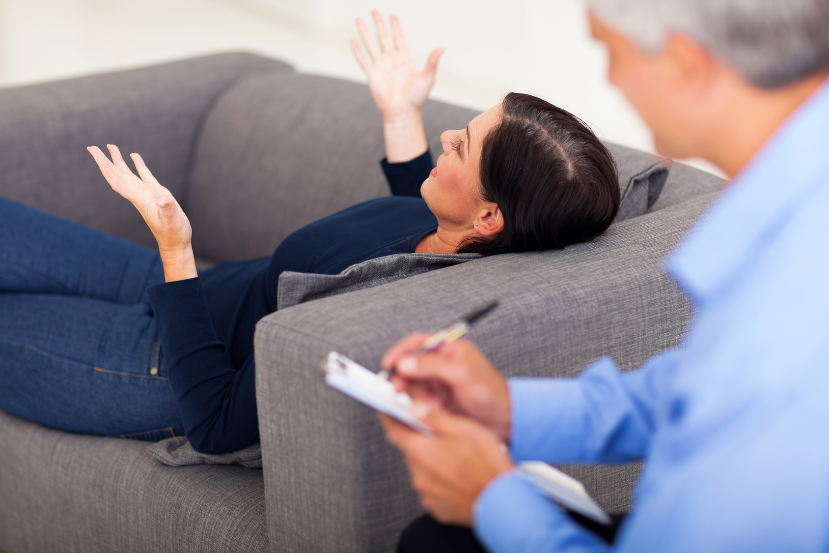 Лечение страхов и фобий методами психотерапии и медикаментозно.
