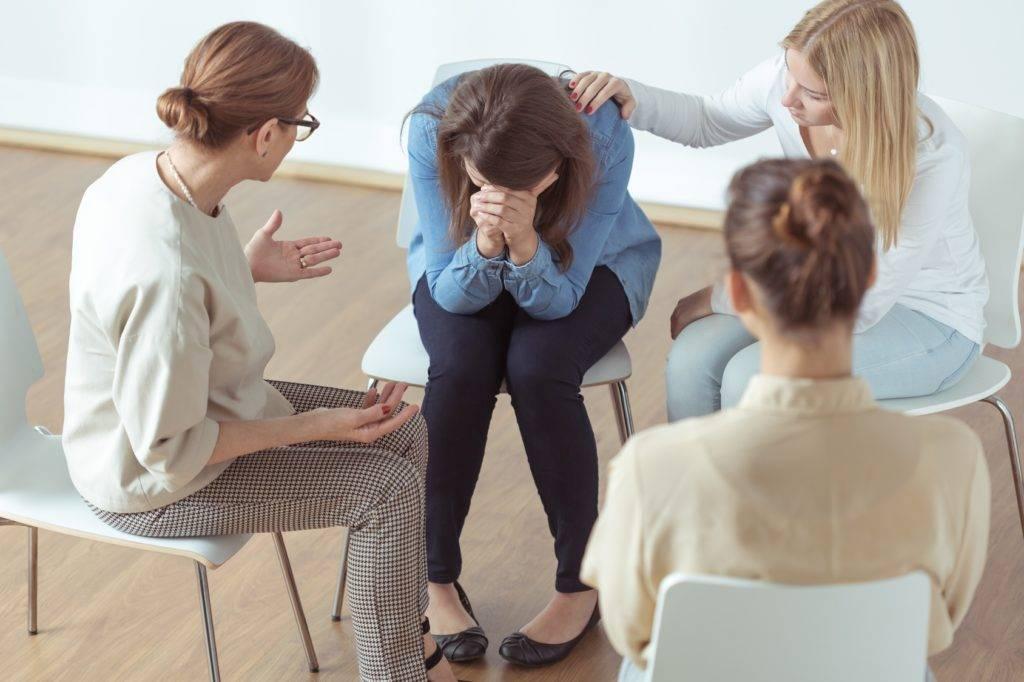Помощь психолога при депрессии: помогает ли психологическая консультация, кто лечит — психотерапевт или психолог, отзывы
